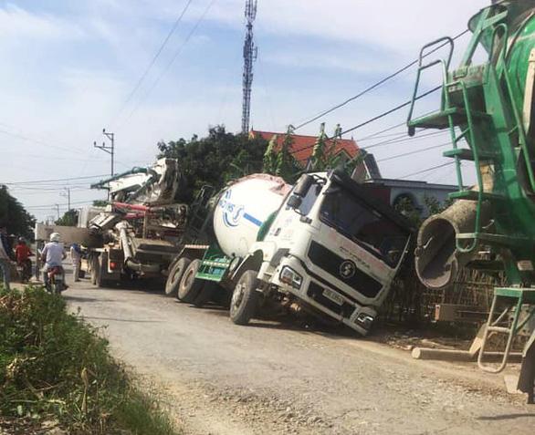 Đường lởm chởm ổ voi, xe tải sụt hố nghiêng... như phim - Ảnh 3.
