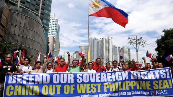 Các nghị sĩ đòi luận tội Tổng thống Duterte về phát ngôn bảo vệ Trung Quốc - Ảnh 2.
