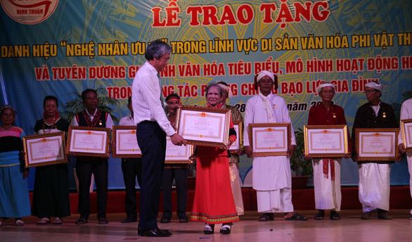 Người sáng tạo chữ viết Raglai được phong tặng danh hiệu nghệ nhân ưu tú - Ảnh 2.