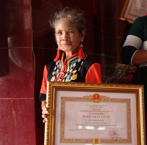 Người sáng tạo chữ viết Raglai được phong tặng danh hiệu nghệ nhân ưu tú - Ảnh 1.