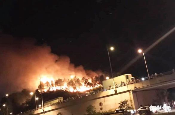 Rừng thông cháy đỏ trời, hai tỉnh cùng dập lửa di tản dân trong đêm - Ảnh 7.