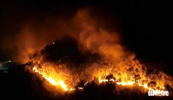 Rừng thông cháy đỏ trời, hai tỉnh cùng dập lửa di tản dân trong đêm - Ảnh 3.
