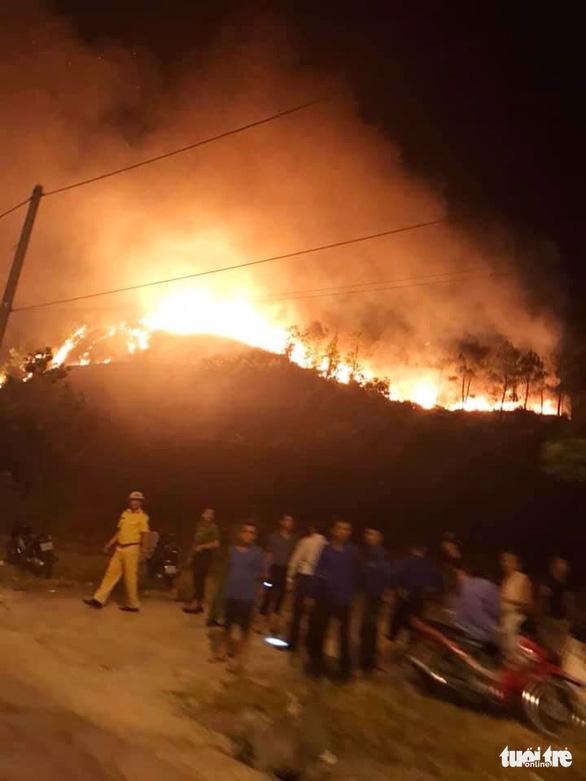 Rừng thông cháy đỏ trời, hai tỉnh cùng dập lửa di tản dân trong đêm - Ảnh 5.