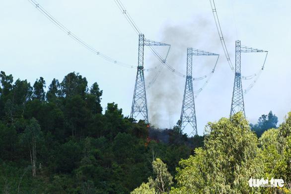 Huy động hàng trăm người chữa cháy rừng Đại La - Ảnh 1.