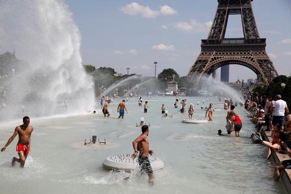 Châu Âu có nơi nóng 44 độ, sẽ còn khủng khiếp hơn nữa - Ảnh 1.