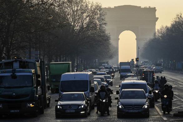 Nắng nóng quá, Pháp cấm xe hơi cũ chạy trên đường - Ảnh 1.