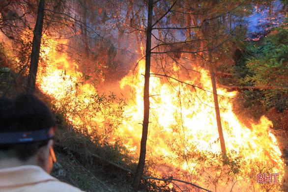 Rừng thông lại chìm trong lửa, Hà Tĩnh cấp tập di dời dân, bảo vệ trạm xăng - Ảnh 4.