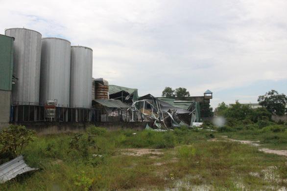 Nổ ở nhà máy bia, bay nhiều nắp bồn, hàng trăm mét vuông nhà xưởng tốc mái, 1 người chết - Ảnh 1.