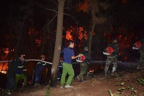 Rừng thông lại chìm trong lửa, Hà Tĩnh cấp tập di dời dân, bảo vệ trạm xăng - Ảnh 3.