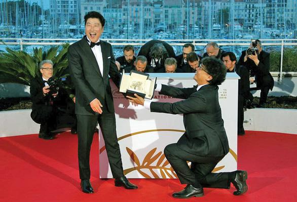 Đạo diễn Parasite cùng diễn viên Hạ cánh nơi anh, BTS quyên tiền chống COVID-19 - Ảnh 3.