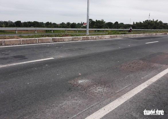 Yêu cầu nhà thầu sửa chữa đường dẫn cầu Vàm Cống bị rạn nứt - Ảnh 2.