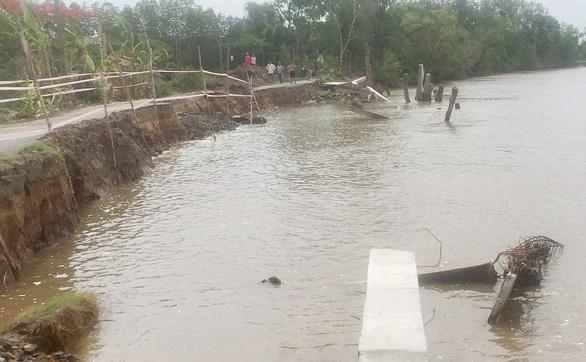 Kè đê sông Gành Hào chưa xong đã bị… sạt lở - Ảnh 1.