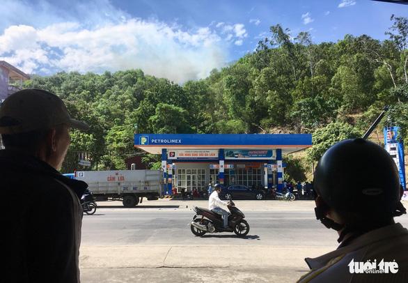 Rừng thông lại chìm trong lửa, Hà Tĩnh cấp tập di dời dân, bảo vệ trạm xăng - Ảnh 12.