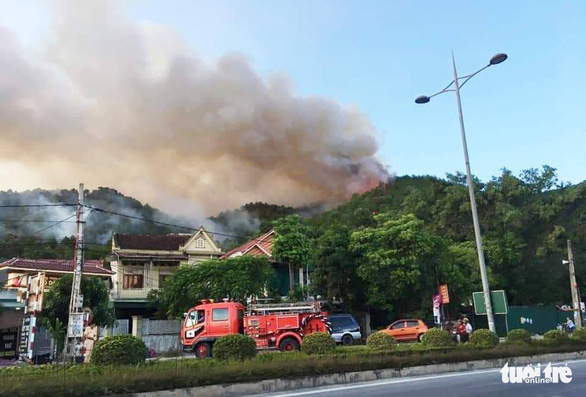 Rừng thông lại chìm trong lửa, Hà Tĩnh cấp tập di dời dân, bảo vệ trạm xăng - Ảnh 1.