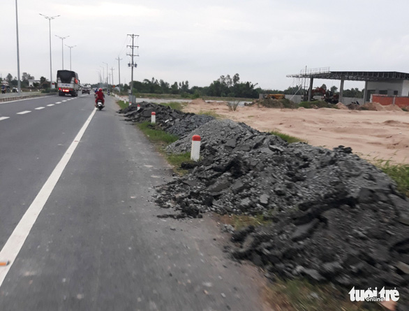 Mới thông xe hơn một tháng, đường cầu Vàm Cống đã chi chít lỗ đục vá - Ảnh 1.