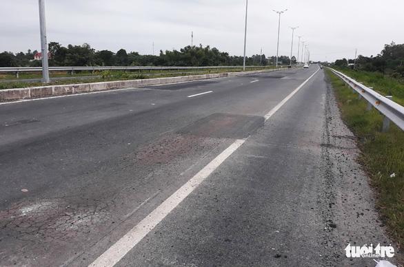 Mới thông xe hơn một tháng, đường cầu Vàm Cống đã chi chít lỗ đục vá - Ảnh 4.