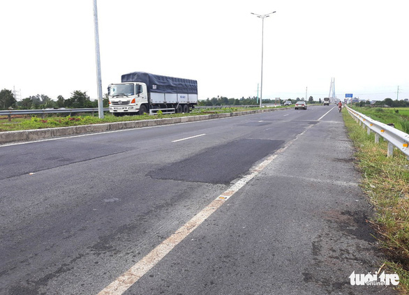 Mới thông xe hơn một tháng, đường cầu Vàm Cống đã chi chít lỗ đục vá - Ảnh 5.