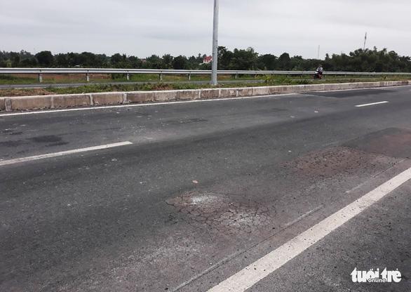 Mới thông xe hơn một tháng, đường cầu Vàm Cống đã chi chít lỗ đục vá - Ảnh 7.