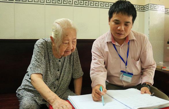Ủy quyền lãnh lương hưu tại TP.HCM: Nơi được nơi không - Ảnh 1.
