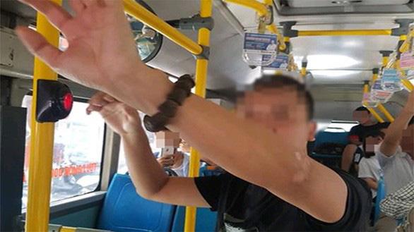 Kiến nghị cơ quan chức năng chung tay chặn hành vi xấu trên xe buýt - Ảnh 1.