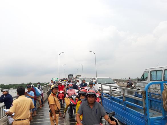 Xe tải tông xe máy, hất văng người đàn ông xuống cầu Rạch Miễu tử vong - Ảnh 4.