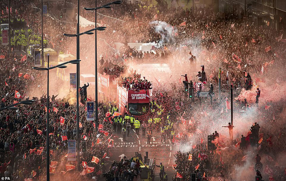 Biển người hơn 750.000 người đón Liverpool ca khúc khải hoàn - Ảnh 2.