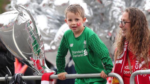 Biển người hơn 750.000 người đón Liverpool ca khúc khải hoàn - Ảnh 7.