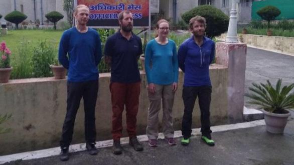 Điều trực thăng tìm 8 nhà leo núi mất tích - Ảnh 2.