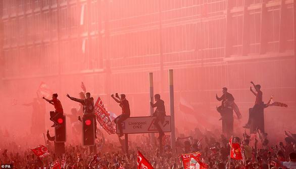 Biển người hơn 750.000 người đón Liverpool ca khúc khải hoàn - Ảnh 12.