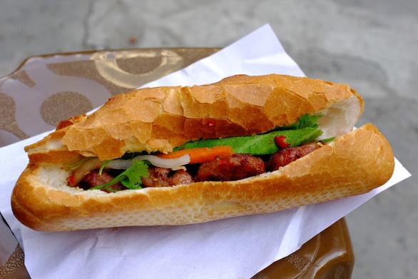 Bánh mì thịt nướng số 37 Nguyễn Trãi, quận 1 - Ảnh: CHÁNH NIỆM