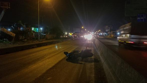 Chạy xe máy vào làn ôtô, hai thanh niên bị xe container cán chết - Ảnh 2.