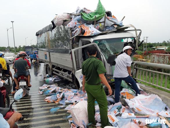 Xe tải tông xe máy, hất văng người đàn ông xuống cầu Rạch Miễu tử vong - Ảnh 3.