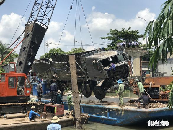 Trục vớt xong xe tải, dự kiến 7-6 sửa xong cầu Tân Nghĩa - Ảnh 1.
