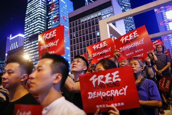 Người Hong Kong biểu tình dịp kỷ niệm trao trả cho Trung Quốc - Ảnh 2.