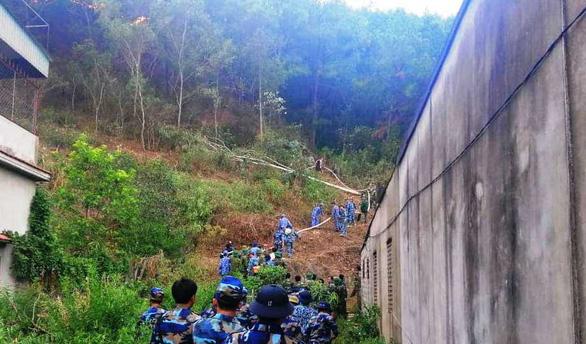 Ngày thứ ba liên tiếp, rừng ở Hà Tĩnh vẫn đang cháy - Ảnh 3.