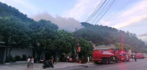 Ngày thứ ba liên tiếp, rừng ở Hà Tĩnh vẫn đang cháy - Ảnh 1.