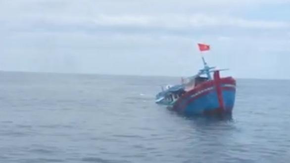 Cứu 4 phụ nữ và 2 trẻ em trên tàu cá bị chìm giữa biển Quảng Ngãi - Ảnh 1.