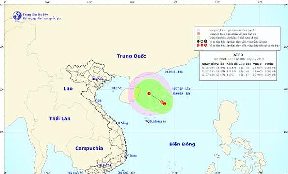 Vùng áp thấp trên Biển Đông đang hướng vào đất liền Việt Nam - Ảnh 1.