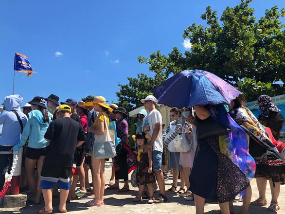 Loạn tour giá rẻ kiểu chợ búa ra Cù Lao Chàm, du khách lãnh đủ - Ảnh 1.