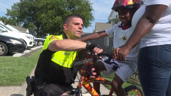 Tặng xe đạp, viên cảnh sát thắp sáng cả mùa hè - Ảnh 1.