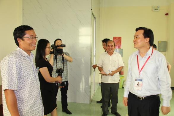 Bộ trưởng Phùng Xuân Nhạ kiểm tra công tác chấm thi tại Bình Định - Ảnh 2.