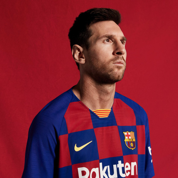 Áo đấu kiểu bàn cờ của Barca bị ném đá trên mạng xã hội - Ảnh 1.