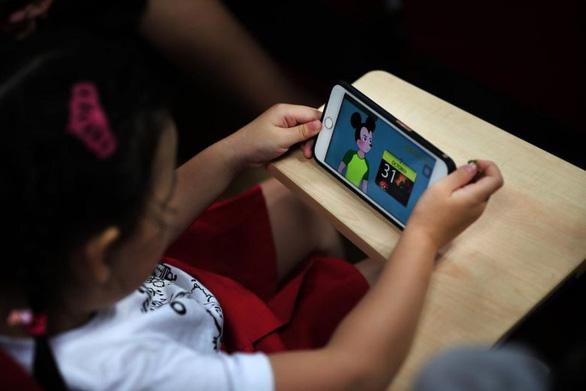 YouTube cấm trẻ livestream một mình, tránh những kẻ ấu dâm - Ảnh 1.