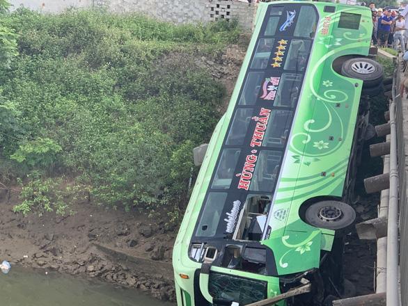 Vụ xe khách lao xuống sông, tài xế khai buồn ngủ, xe mất lái - Ảnh 1.