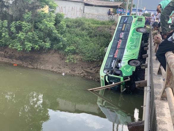 Vụ xe khách lao xuống sông, tài xế khai buồn ngủ, xe mất lái - Ảnh 2.