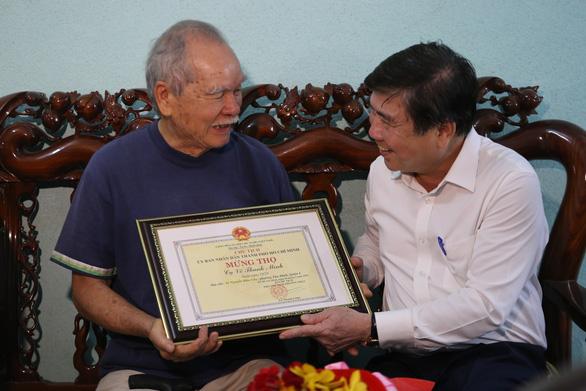 Chủ tịch UBND TP.HCM thăm, tặng quà người cao tuổi - Ảnh 1.