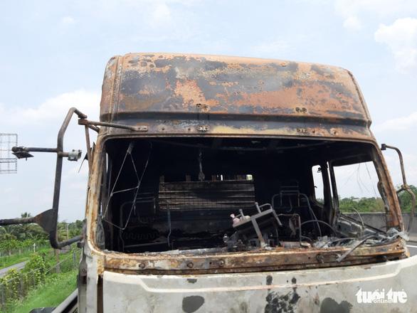 Xe tải cháy rụi trên cao tốc TP.HCM - Trung Lương - Ảnh 3.