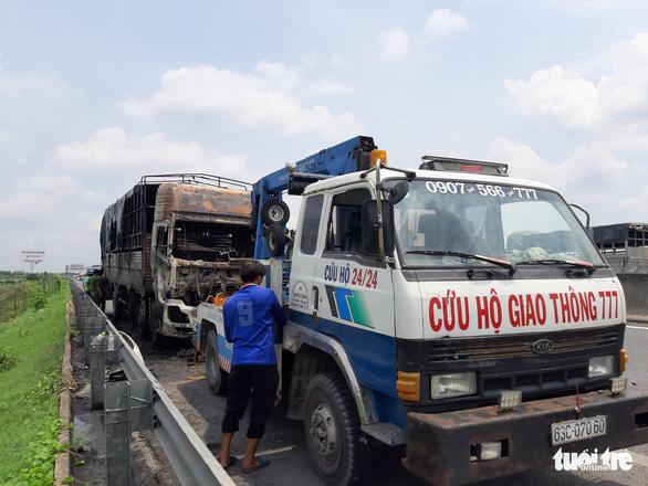 Xe tải cháy rụi trên cao tốc TP.HCM - Trung Lương - Ảnh 4.