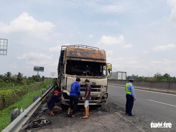 Xe tải cháy rụi trên cao tốc TP.HCM - Trung Lương - Ảnh 2.