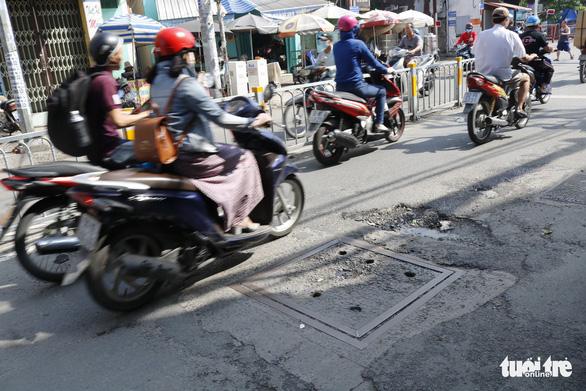 Phập phồng đi ngang những nắp cống ỡm ờ trên mặt đường Sài Gòn - Ảnh 3.